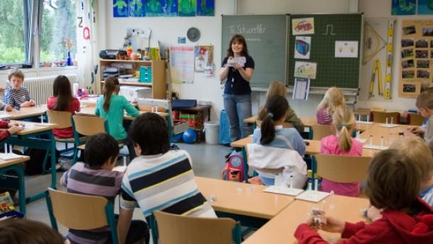 TÜV Kids - Kinder der Grundschulklasse 4d der Heinrich-Kromer-Schule erhalten eine Technik-Doppelstunde zum Thema Druck im Rahmen einer Initiative des TÜV Hessen.