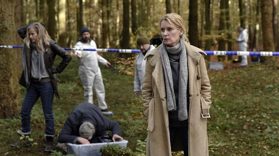 Bislang wurde nur eine Leiche gefunden: Die des Familienhundes. Den Ermittlerinnen Frauke Schäfer (Susanne Bormann) und Charlotte Lindholm (Maria Furtwängler) schwant allerdings Böses.