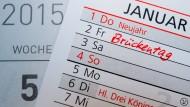 Sieben der neun bundeseinheitlichen Feiertage verpuffen 2015 arbeitnehmerunfreundlich.