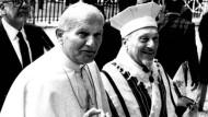 In Begleitung von Rabbi Toaff betritt Papst Johannes Paul II. am 13. April 1986 die Synagoge in Rom.