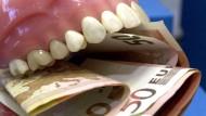 Ein Studium der Zahnmedizin zahlt sich aus – für Männer und Frauen.