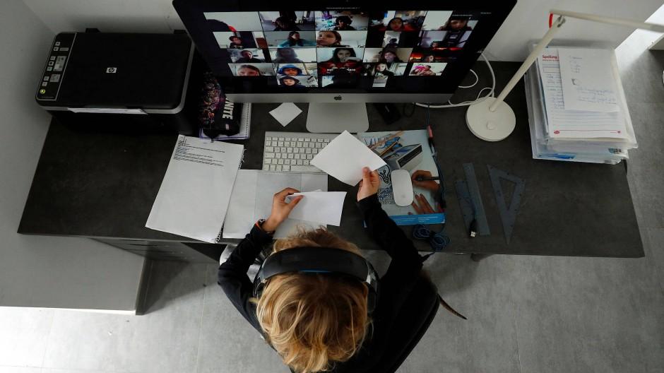 Typisches Bild: Studieren allein im Zimmer am Schreibtisch