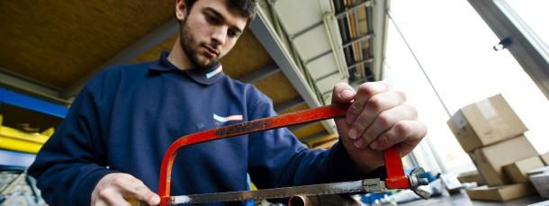 Ein junger Spanier in einem Klempner-Betrieb in Bad Homburg hofft, durch ein Praktikum dort eine Lehrstelle zu bekommen - in seinem Heimatland derzeit fast aussichtslos.