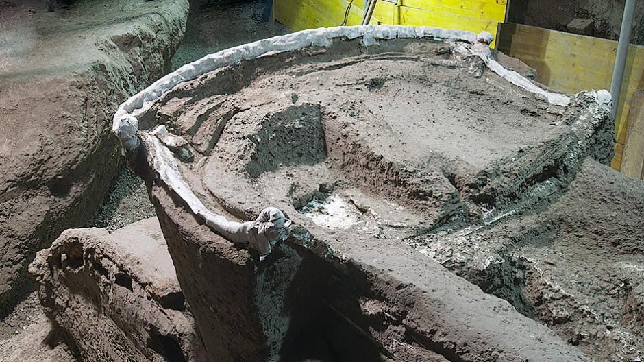 """Als """"zeremoniellen Wagen mit vier Rädern, Bronze- und Zinn-Dekorationen sowie versteinertem Holz und Resten von organischen Elementen"""" bezeichnet die Ausgrabungsstätte ihren neuesten Fund."""