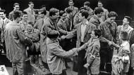 Pioniere beim Austausch: Deutsch-französische Begegnung von Hamburger Schülern am Gare du Nord in Paris in den fünfziger Jahren