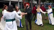 Studenten der Gutenberg-Universität proben historische Tänze im Hof des Philosophicums in Mainz.