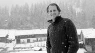 In seinem Element: Markus Wasmeier im Frühjahrs-Schnee vor seinem Bauernmuseum in Schliersee.