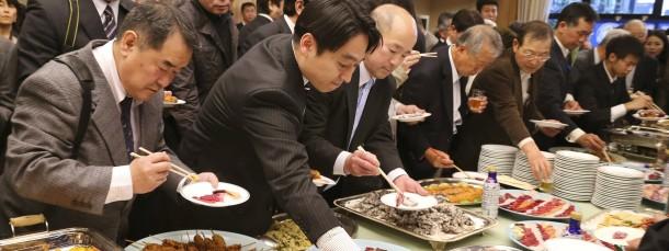 Essen in Asien: Für unerfahrene Europäer kann das zum kulinarischen und gesellschaftlichen Spießrutenlauf werden.