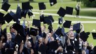 Freude über den Abschluss. Aber sind die Noten deutscher Studenten gerecht?