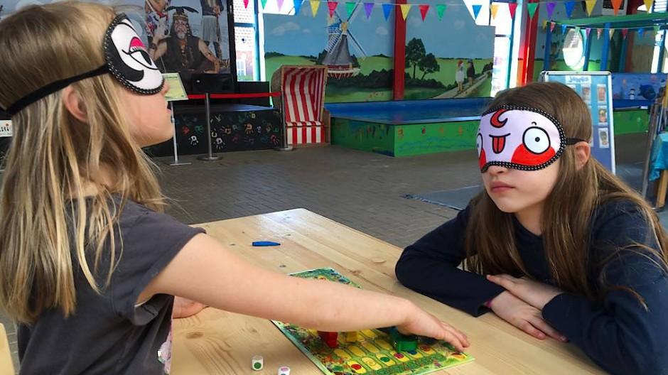 Wie ist es wenn man blind ist? Kinder spielen mit verbundenen Augen Velen-Spiele.