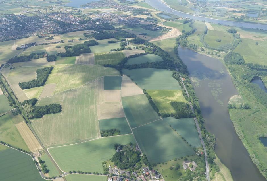 Auf diesem Luftbild sieht man unten in der Mitte den Ort Birten mit dem in einem Wäldchen verborgenen Amphitheater, im Hintergrund links befindet sich der Archäologische Park Xanten