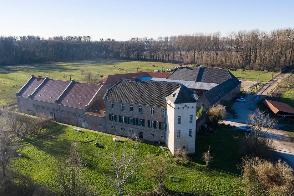 Das Haus Bürgel wurde auf den Grundmauern eines spätantiken Kastells errichtet. In den Außenmauern sieht man stellenweise noch die alte Baumasse.