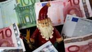 Wer seinem Betrieb treu ist und etwas leistet, für den kommt meist der Weihnachtsmann mit Weihnachtsgeld.