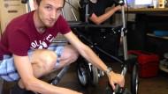 Strom für den Rollator: Daniel Reiser (links) und sein Partner bei der Arbeit