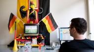 Darf ein Arbeitnehmer seine Fußballleidenschaft am Arbeitsplatz in vollen Zügen ausleben?