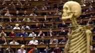 Viele Professoren verfügen über exzellentes Fachwissen, ihre Vorträge vor Studenten sind aber oft blutleer.