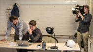 Marvin Metzke und David Hagenkötter in ihrem Kreuzberger Fabrikloft. Bei der Firmengründung immer mit dabei: Apple-Produkte, Nervosität und ein Fernsehteam von Vox.