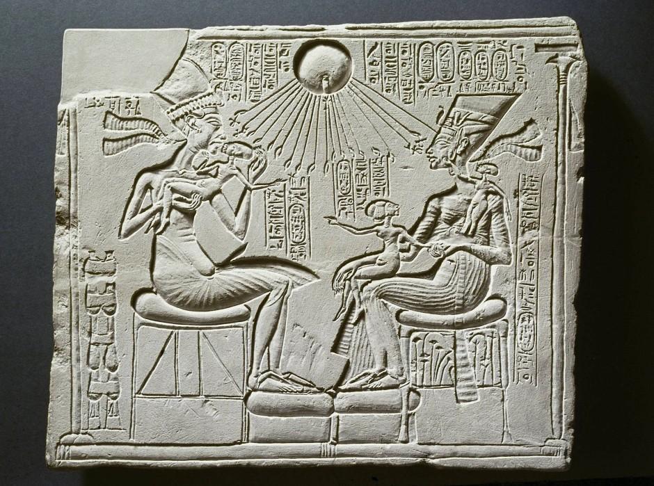 Ein im Ägyptischen Museum Berlin aufbewahrter Hausaltar zeigt Echnaton, Nofretete und drei ihrer Töchter unter dem Strahlenaton.