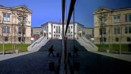 Im modernen Universitäts-Audimax spiegelt sich das historische Gebäude des Institutes für klassische Altertumswissenschaft der Martin-Luther-Universität Halle