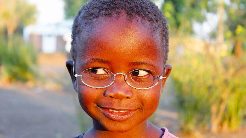 Durchblick: Kind mit Ein-Dollar-Brille in Malawi
