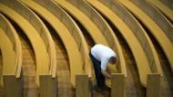 Die Kirche lässt ihre Gläubigen der Reihe nach sitzen: in der Dresdner Frauenkirche