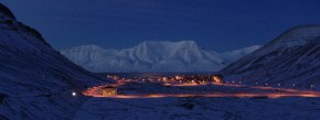 Im Winter verschluckt die Polarnacht das Städtchen Longyearbyen für drei Monate mit ihrer Finsternis. Dann schrumpft die ehemalige Bergarbeitersiedlung zu einem 2000-Einwohner-Dorf.
