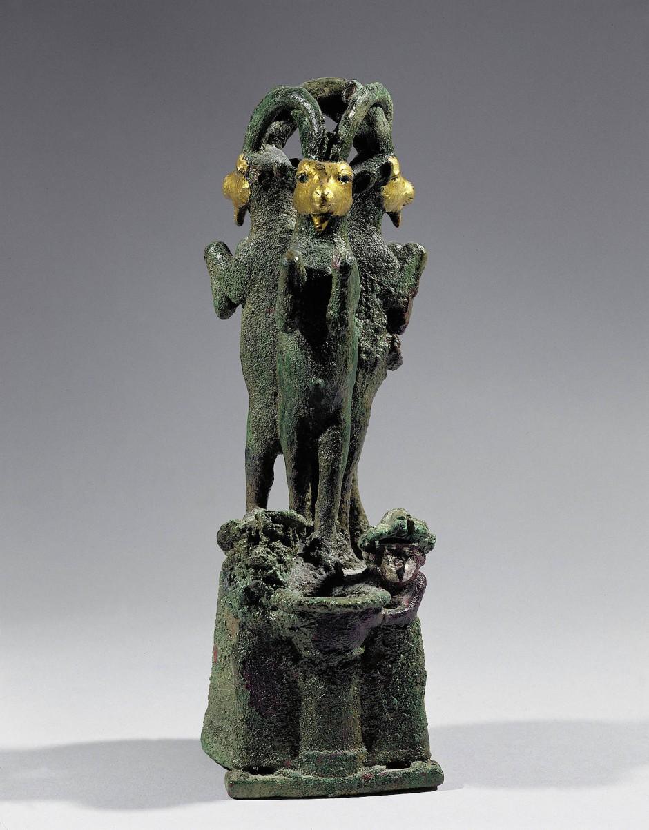 Drei Widder auf einem von zwei Dämonen getragenen Sockel aus Bronze, Gold und Silber  – die Skulptur aus der Zeit von 2000 vor unserer Zeitrechnung diente wohl als Stütze von einem Altar oder Opfertisch.