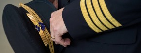 Manch kleiner Junge träumt davon, eines Tages eine Pilotenmütze tragen zu dürfen. Manchem gestandenen Luftkapitän passt das allerdings gar nicht.