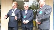 Zufriedene Opfer: Drei der 18 Kläger vor dem Gericht in Cardiff