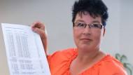 Anja Helffenstein mit einer Liste ihrer 88 befristeten Zeitverträge aus 17 Jahren. Jetzt soll ein unbefristeter folgen.