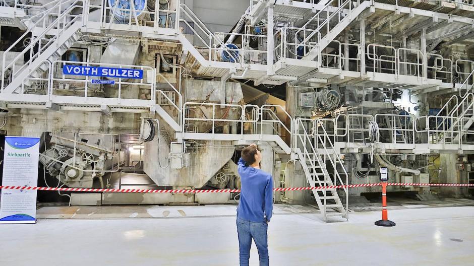 Durch diese Maschine wird mit 2000 Metern die Minute Papier durchgejagt.