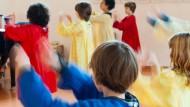 Von Steiner-Fans beschworen, von Außenstehenden oft belächelt: Der Eurythmie-Unterricht, hier in einer fünften Klasse der freien Waldorfschule Vodertaunus praktiziert.