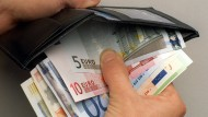 Der Griff in den Geldbeutel wird für einige Arbeitnehmer im Euro-Raum 2015 lukrativer.