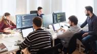 <figcaption>Geduld ist bei der Programmierung von Künstlicher Intelligenz gefragt: Daten und Codes müssen an die spezifischen Probleme angepasst werden.</figcaption>