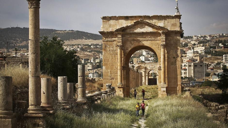 Hier floss der Menschenstrom der Antike: Blick von Süden über die Säulenallee des Cardo, der Hauptverkehrsachse von Gerasa, auf das heutige Jerash