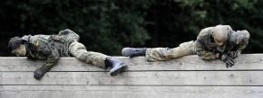 Über Zäune klettern müssen nur Rekruten bei der Bundeswehr. Allerdings gilt es auch in Assessment Centern eiige Hürden zu überwinden.