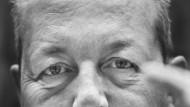 """Robert Davis signalisiert """"Kommunikation"""" in der Gebärdensprache"""