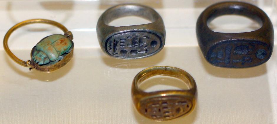 Metallene Fingerringe, unter anderen von Nofretete und Echnaton