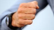 Bei Streit im Büro können die Emotionen schnell hochkochen. Wer seinen Job behalten will, muss sich aber unbedingt unter Kontrolle haben.