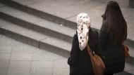 Auf der Straße sind Frauen, die Kopftuch tragen, ein recht alltäglicher Anblick. Das sollte er auch im Büro sein - oder?