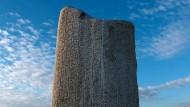 """Die Inschrift auf dem Runenstein von Tonyukuk in der mongolischen Steppe enthält die Worte: """"Wenn ein Volk, das einen Kaiser hat, in welchem Land auch immer, einen solchen Kaiser wie mich hätte, welche Probleme gebe es dann noch."""" (nach der Übersetzung von Volker Rybatzki, Die Toñuquq-Inschrift [Studio uralo-altaica 40], Szeged 1997.)"""