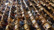 """In Schulen ist Latein nach Spanisch und Französisch die beliebteste Wahl-Fremdsprache. Und auch an den Universitäten ist die """"ausgestorbene Sprache"""" nach wie vor beliebt –  sagen Studenten in Bamberg."""