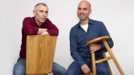Robert Häusl (links) und Jürgen Klanert mit ihren Massivholzmöbeln.