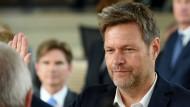 Beim Ablegen des Amtseides im Kieler Landtag hatte der schleswig-holsteinische Umweltminister Robert Habeck (Grüne) noch alle fünf Finger beisammen.