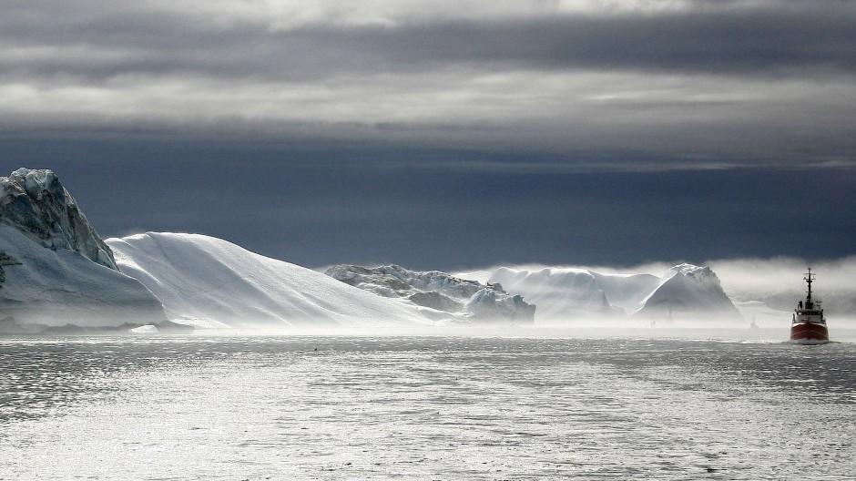 Ein Schiff fährt im Eisfjord hinter dem grönländischen Städtchen Ilulissat (Archivbild).