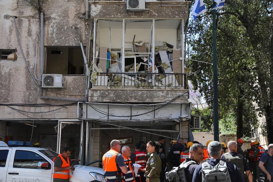 Israelische Notfallteams und Polizei inspizieren am Samstag die Einschlagstelle eine palästinensischen Rakete in Ramat Gan.