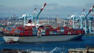"""Das Containerschiff """"Bremen Bridge"""" fährt durch den amerikanischen Hafen von New Jersey (Archivbild)."""