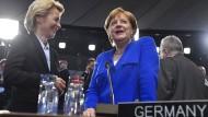 Bundeskanzlerin Angela Merkel und  Ursula von der Leyen (CDU) vor einer Sitzung des Nordatlantikrats beim Nato-Gipfel am 1. Juli 2018 in Brüssel