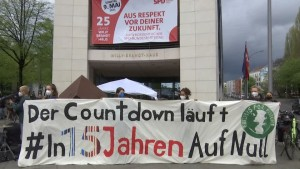 Klima-Aktivisten demonstrieren vor SPD-Zentrale