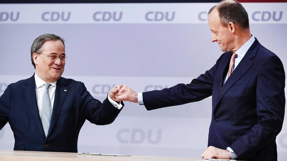 Der unterlegene Friedrich Merz (rechts) gratuliert Armin Laschet zur Wahl als Parteivorsitzender beim digitalen Bundesparteitag der CDU am 16. Januar.
